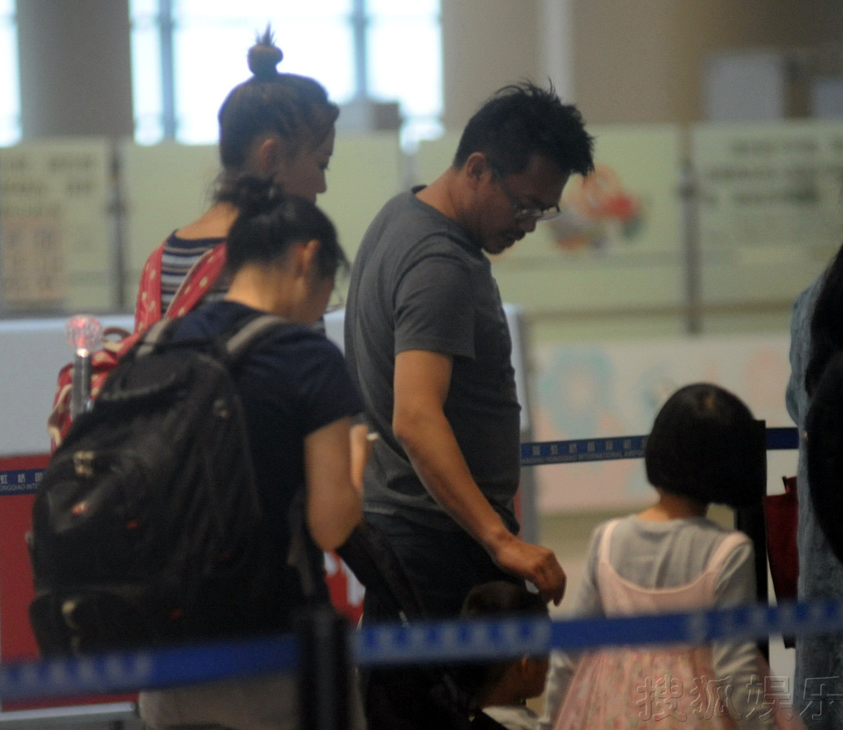王学兵携妻带儿现身机场高举童车过安检