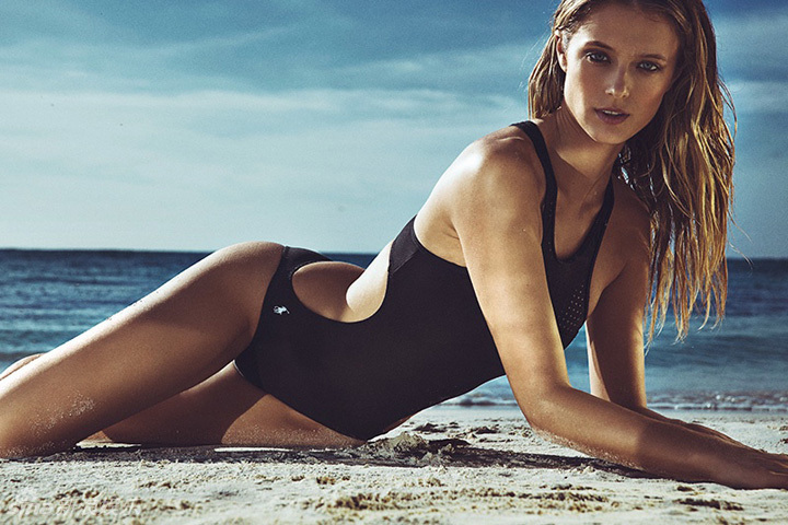 超模沙滩搔首弄姿摆姿势黑色泳装演绎夏日时尚