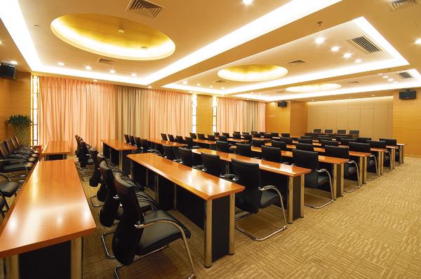 第一会议室:155平方米,最多可容纳120人,可变换台型有剧院式,课桌式