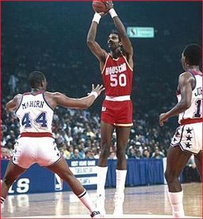 而在第二年,桑普森和奥拉朱旺的内线组合场均可以贡献42分22篮板6助攻