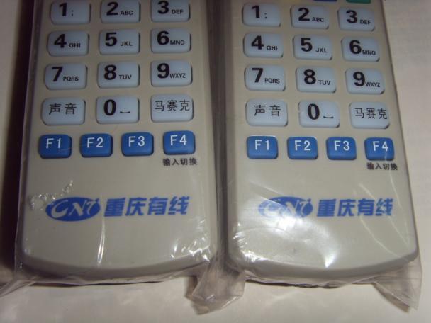 以熊猫机顶盒遥控器为例,其遥控器按钮由前后两部分组成,前一部分按钮