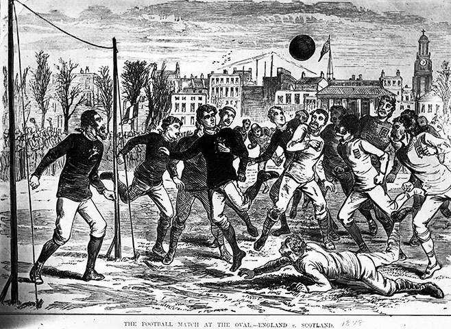 (一)球场 1、 球场面积必须符合规则的规定。国际足联曾规定世界杯决赛阶段比赛场地为长105米、宽68米。国内基层比赛的场地可因地制宜,但在任何情况下,边线的长度必须长于球门线的长度,场内各区域的面积不得变更。 2、 球场地面必须平坦,硬度合适,以不伤害运动员和不影响球的正常运行为原则。国际足联世界杯赛组织委员会曾指令世界杯足球赛不得在人造草皮球场上进行。 (二)界线 1、球场各线须与地面平齐,不得做成V型凹槽或高出地面的凸线。线的颜色须清晰。土地球场最好用白灰粉或灰浆画线,天然草皮球场宜用熟石灰粉画线,