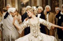 风行于全欧并随着施特劳斯的音乐一起为上流贵族所推崇,走入欧洲宫廷.