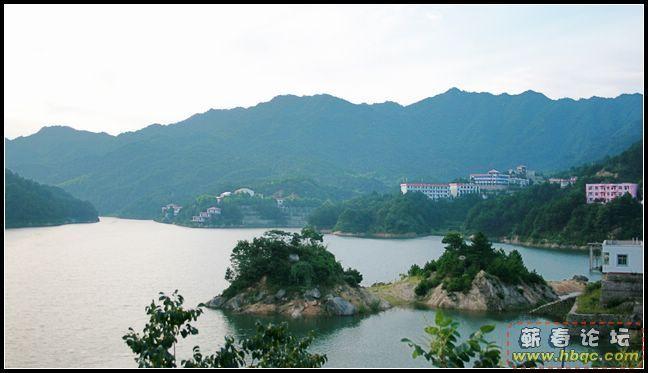 山庄倚风景秀丽的太平水库而建