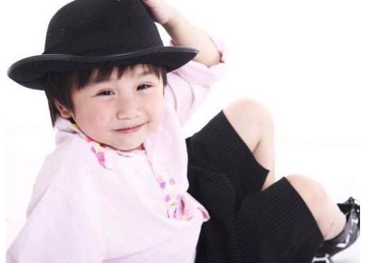 的父亲是25年前著名的台湾小童星温兆宇(小彬彬)